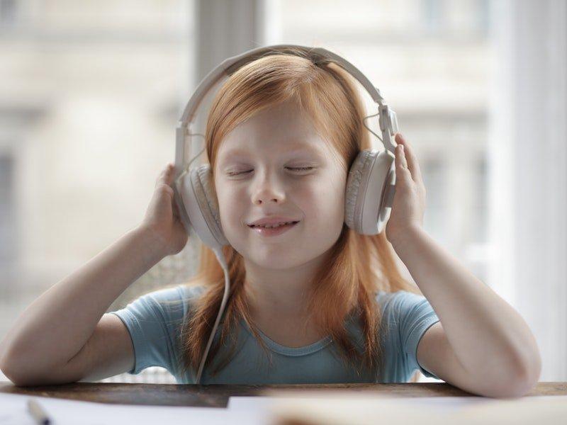 Bambina che fa il gioco del silenzio